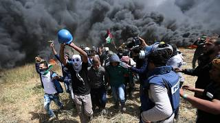 خلال نقل أحد المصابين برصاص الجنود الإسرائيليين في غزة
