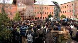 La calle y la política acorralan a Cristina Cifuentes