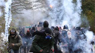 Violences à Notre-Dame-des-Landes : des blessés pendant l'expulsion