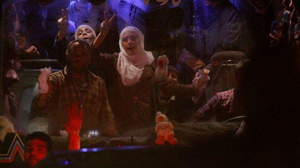 دمشق؛ صحنههای اشک و شادی گروگانهای آزاد شده از دست جیش الاسلام