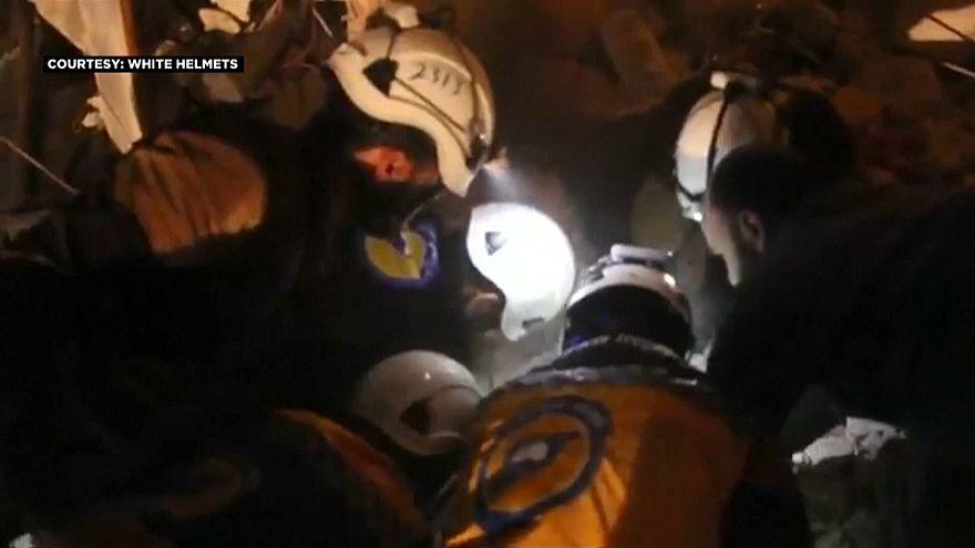 Zwei Kinder in Idlib werden aus Trümmern gerettet