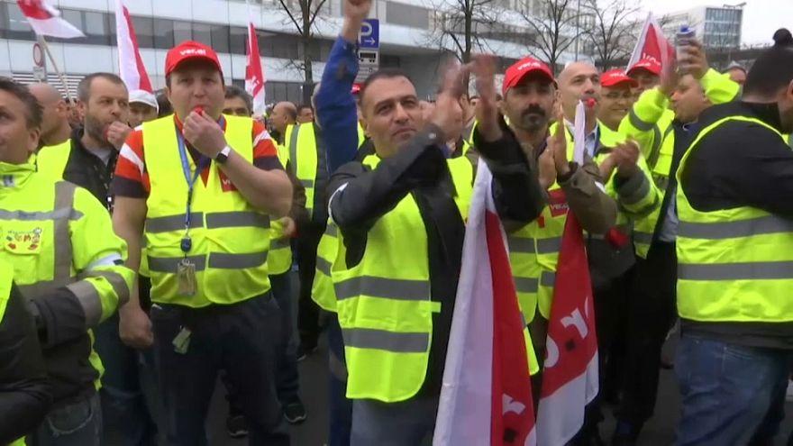 Almanya'da grev ulaşımı felce uğrattı
