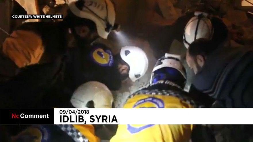 İdlib'de yıkıntı altından çıkarılan çocuklar