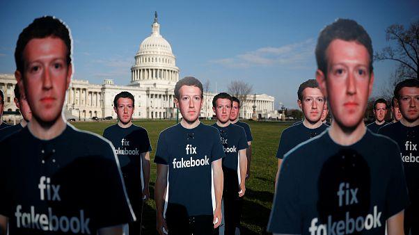 Mark Zuckenberg kartonfigurái az amerikai Kongresszus épülete előtt