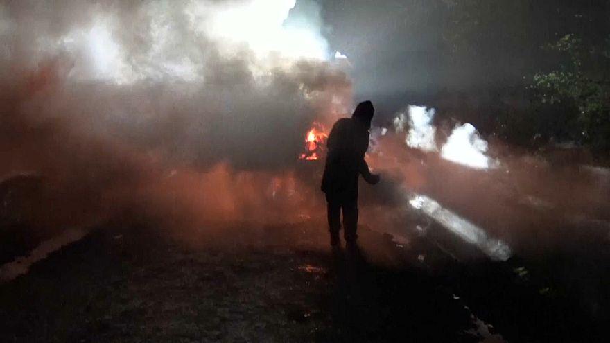 Confrontos entre ativistas e polícia de choque