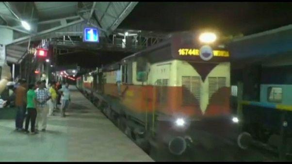 شاهد: قطار هندي يسير عكس الاتجاه بحرية