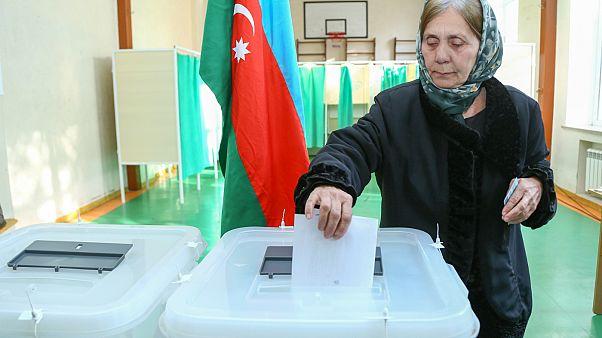 Azerbaycan: Muhalefetin boykot ettiği cumhurbaşkanlığı seçimi için halk sandık başında