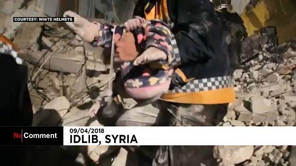 Syrie : deux enfants miraculeusement sauvés des décombres à Idleb