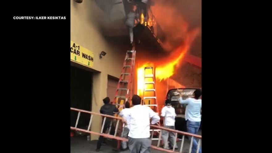Amerika'daki bir Türk restoranında çıkan yangından balkondan atlayarak kurtuldular