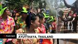 Tayland'da insanlarla fillerin su savaşı