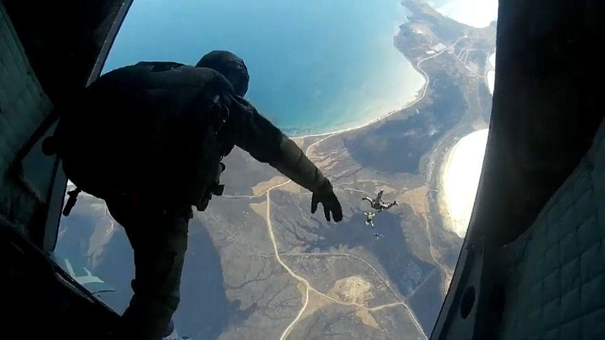 تدريبات عسكرية لمظليين روس
