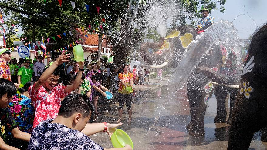 شاهد: فيلة ترش المارة بالمياه في مهرجان سونغكران بتايلاند