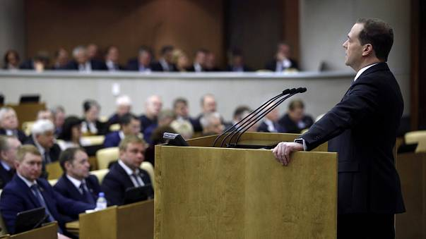 Рубль падает — правительство обещает справиться