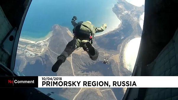 O espetacular voo dos paraquedistas russos