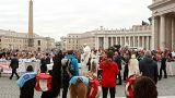 تبريكات من البابا لثالوث مشهور برفقة حيوانات اللاما