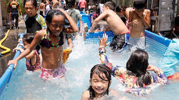 مسابح في شوارع مانيلا للتغلب على حرارة مرتفعة