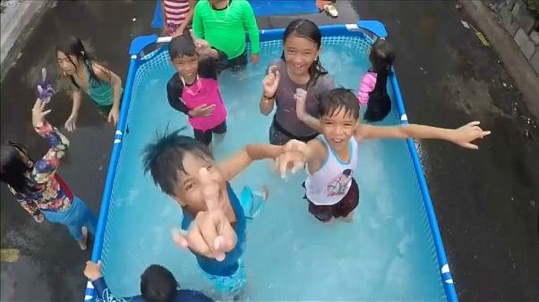 À Manille, des piscines dans la rue contre la canicule