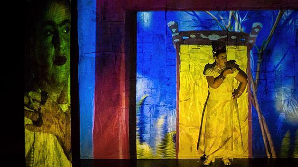 «Frida Κι Άλλο»: Η ζωή της θρυλικής Μεξικανής ζωγράφου στο θεατρικό σανίδι