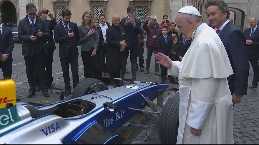 Папа Франциск благословил гоночный электромобиль