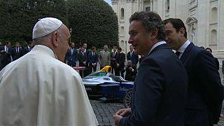El papa bendice un coche de Fórmula 1