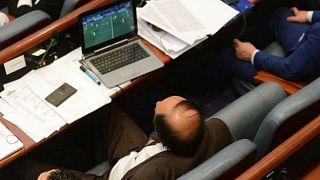 Diputados pillados siguiendo el Real Madrid-Juventus durante una moción de censura