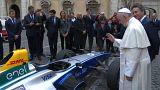 Papst segnet Elektro-Flitzer - und ungeborenes Kind