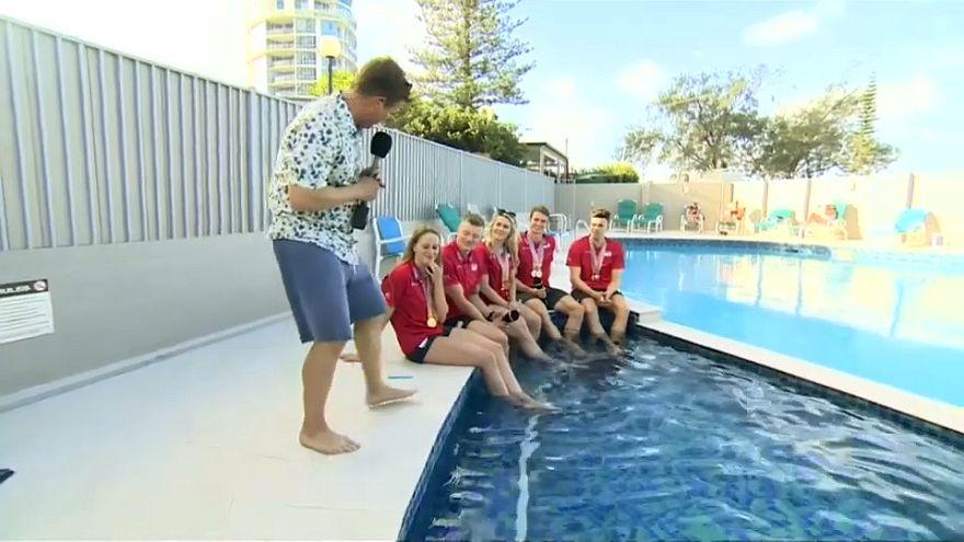 شاهد: مقابلة على الهواء تنتهي بالسقوط في بركة سباحة