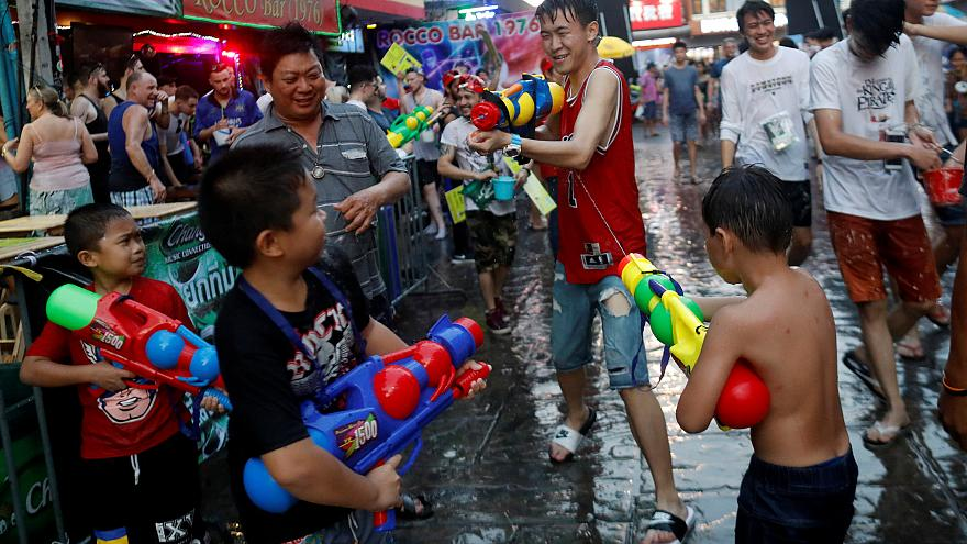شاهد: انطلاق المهرجان السنوي للمياه في تايلاند