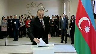 Aserbaidschan: Aliyev lässt sich wiederwählen