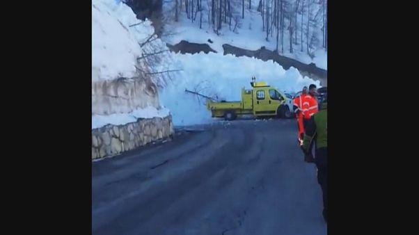 فرانسه؛ ریزش بهمن در چند ثانیه جاده را مسدود کرد