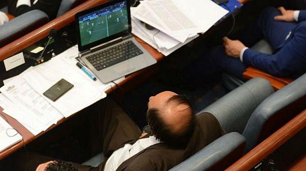 بالصور: نواب يشاهدون مباراة لكرة القدم أثناء تصويت البرلمان على حجب الثقة عن الحكومة