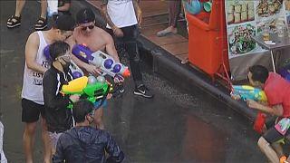 Tayland yeni yılı su savaşları ile karşıladı