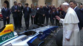 Papa formula E yarış arabasını kutsadı