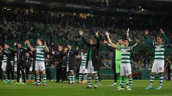 Jogadores do Sporting agradecem aos adeptos após eliminação da Liga Europa