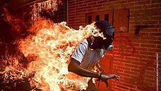 Lángoló venezuelai tüntetőt bemutató kép nyerte a World Press Photo fődíját