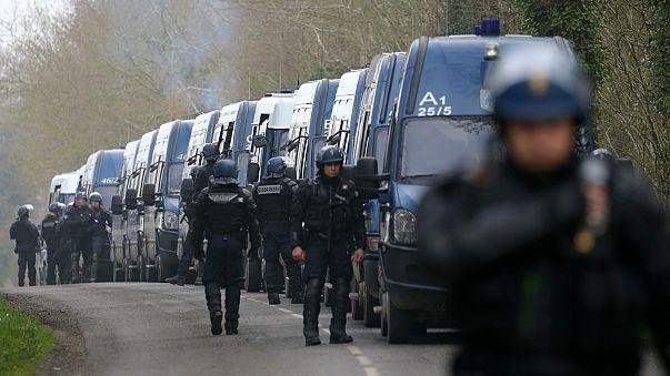 بالفيديو: اشتباكات بين الشرطة الفرنسية ومحتجين احتلوا أرضية مشروع مطار