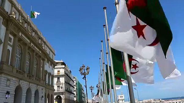 Az ország legsúlyosabb légikatasztrófájának áldozatait gyászolja Algéria