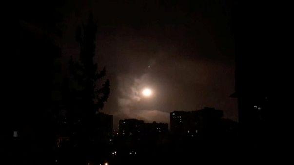 التلفزيون السوري: الدفاعات الجوية السورية تسقط 13 صاروخا بمنطقة الكسوة في ريف دمشق