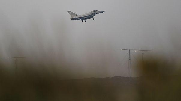 طائرة مقاتلة تستعد للهبوط على أكروتيري في قبرص