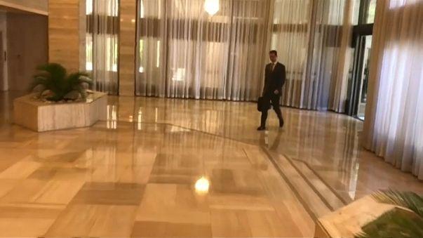 De mala na mão, o presidente sírio entrou tranquilamente no escritório