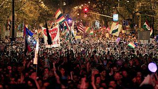 جوانان مخالف ویکتور اوربان در خیابانهای بوداپست؛ «او نخست وزیر ما نیست»