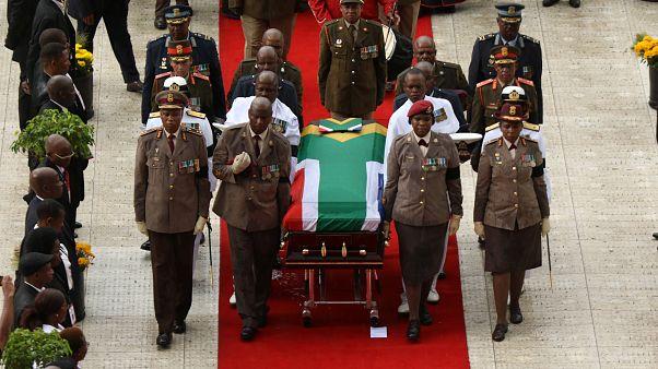 Nelson Mandela'nın eski eşi Winnie Mandela toprağa verildi