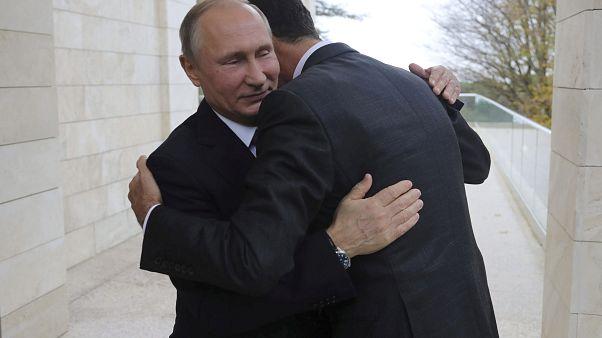 الرئيس الروسي يعانق الرىئيس السوري خلال زيارة الأسد لروسيا في 20/11/2017