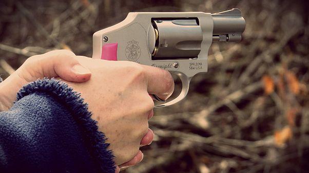عکسهای همراه با اسلحه دختران حامی ترامپ به بهانه دفاع در برابر آزار جنسی