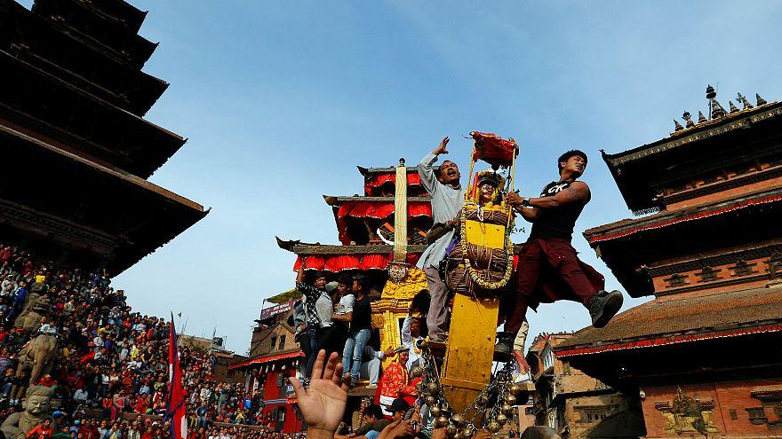 Ein Wagen mit Menschen beim Fest Bisket Jatra in Nepal