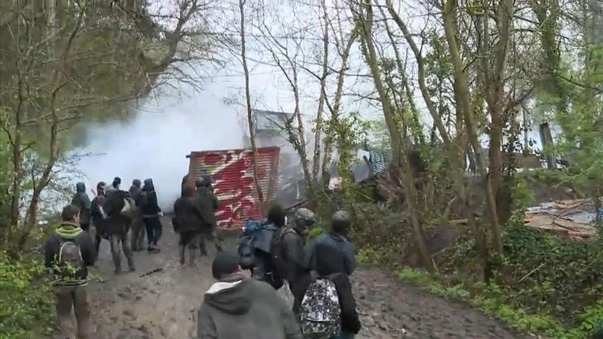 Notre dame des Landes, gli zadisti danno filo da torcere alla gendarmeria