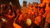 نپال: رقصیدن در میان پودر نارنجی در جشنواره  «سیندور جاترا»