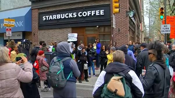 İki siyahinin gözaltına alınması olayında Starbucks özür diledi