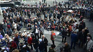 CHP'nin OHAL'e karşı oturma eylemine polis engeli