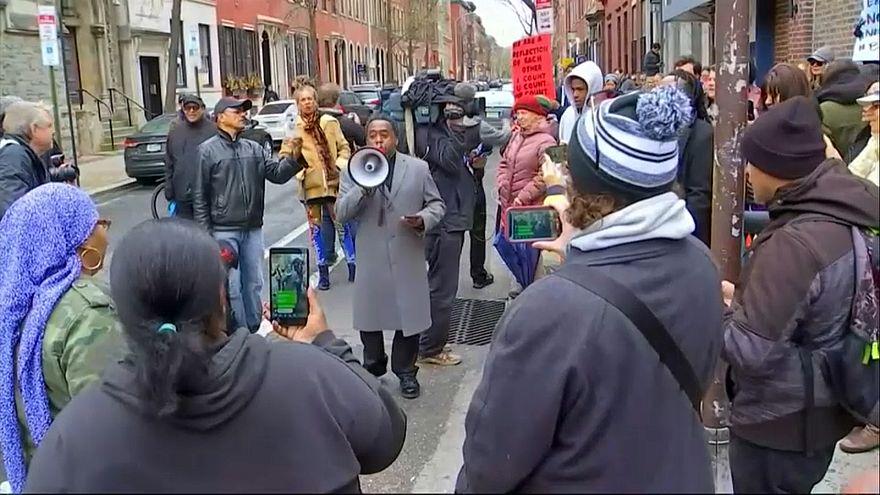 اتهامات بالعنصرية بعد القبض على شخصين أسودين بمتجر لستاربكس